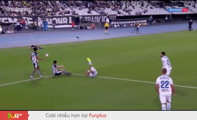 Đang nằm ăn vạ trên sân, cầu thủ lập tức hồi phục thần kỳ chỉ sau vài giây