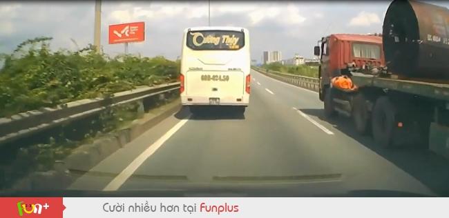 Đánh lái thần sầu, tài xế xe khách tránh tai nạn trong gang tấc